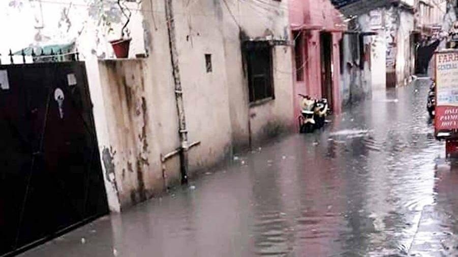 लखनऊ: गुरुवार को हुई बारिश ने शहर में जगह-जगह किया जलभराव तो कहीं पर धसीं सड़कें