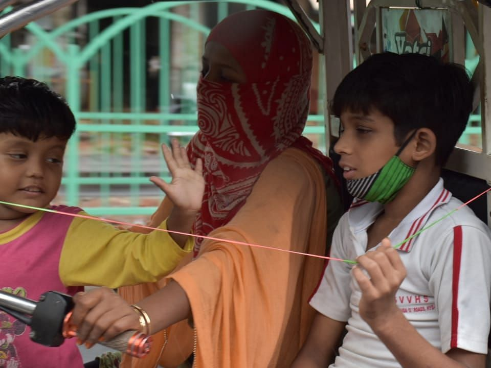 रोजी रोटी का सवाल: लखनऊ में ई-रिक्शा महिला चालक अपने बच्चों के साथ सवारियों को ले जाती