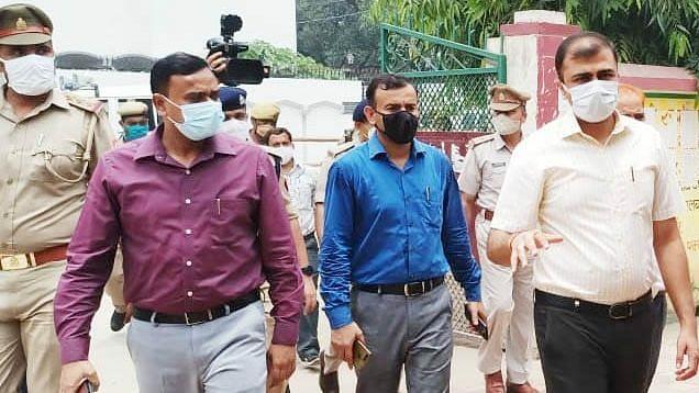 लखनऊ: विकास खण्ड मॉल के होने वाले पंचायत प्रमुख नामंकन स्थल का निरीक्षण करते जिला अधिकारी अभिषेक प्रकाश