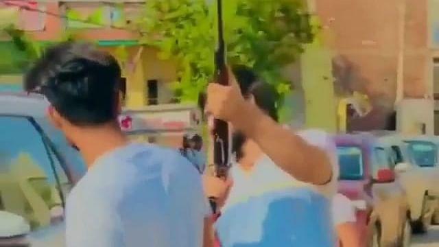VIDEO: बीच सड़क पर युवक ने हवाई फायरिंग करके मनाया जश्न, खतरे में पड़ी राहगीरों की जान