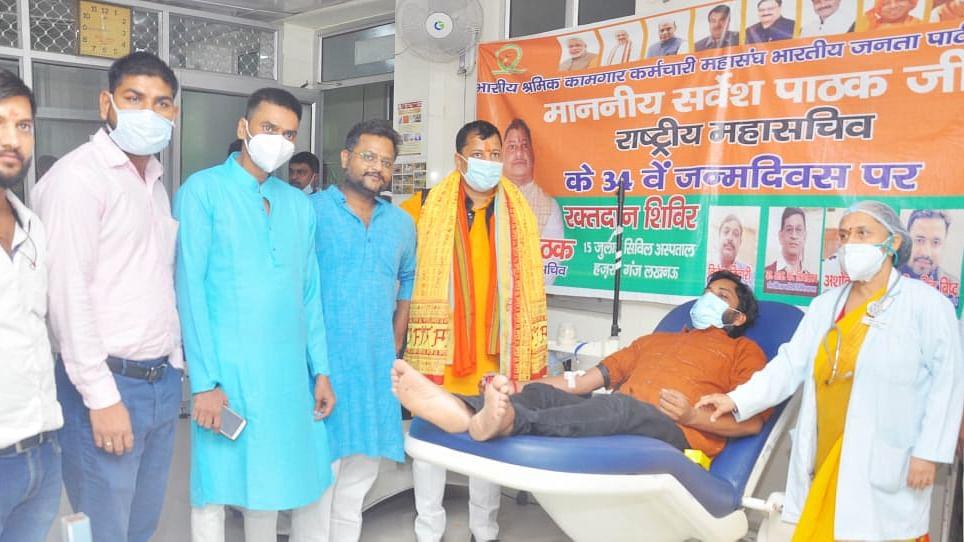 लखनऊ: सिविल हॉस्पिटल में स्वैच्छिक रक्तदान करते भाजपा के सदस्य
