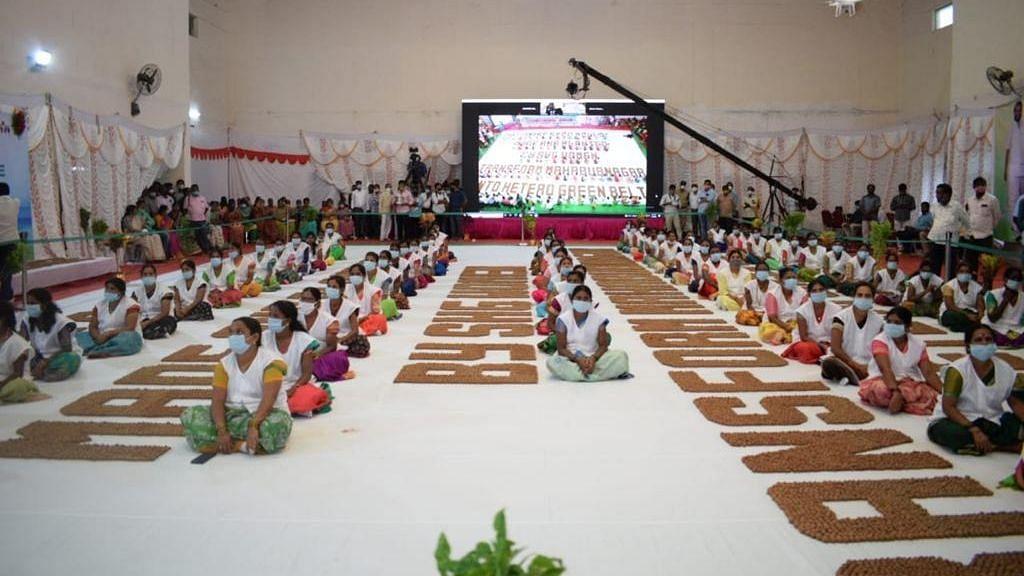तेलंगाना की महिलाओं ने बीज गेंदों से सबसे बड़ी सूक्ति रचकर बनाया गिनीज रिकॉर्ड