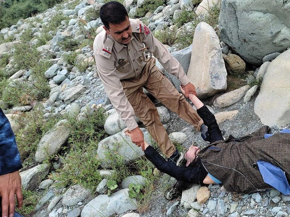 कश्मीर में नहाने के दौरान हादसा, परिवार के 2 लोग डूबे, एक लापता