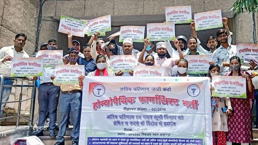 लखनऊ: पिकप भवन के सामने 'उत्तर प्रदेश राजकीय होम्योपैथिक फार्मेसिस्ट सेवा संघ' द्वारा मांग को लेकर प्रदर्शन