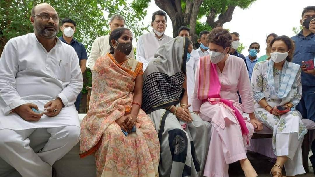प्रियंका ने की पीड़ित महिलाओं से मुलाकात, बोली जहां धांधली हुई वहां रद्द हो चुनाव