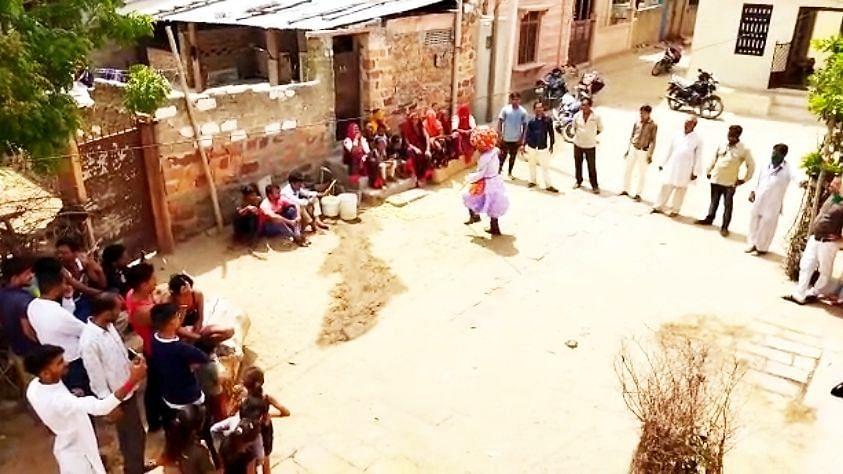 राजस्थान: पानी की सप्लाई का जश्न मनाने के लिए बाड़मेर के ग्रामीण सड़कों पर थिरके