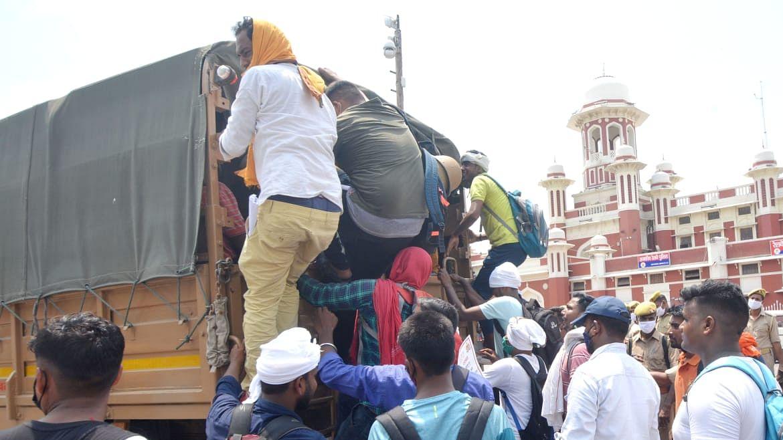 लखनऊ: नियुक्ति की मांग को लेकर चारबाग रेलवे स्टेशन पर प्रदर्शन करते पुलिस अभ्यर्थी