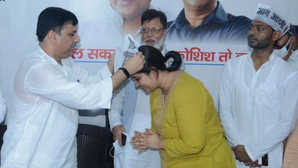 लखनऊ: कांग्रेस छोड़ कर आयी दिशा को पार्टी की सदस्यता देते AAP प्रदेश प्रवक्ता संजय सिह