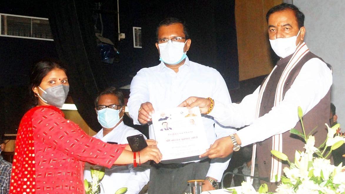 लखनऊ: कोविड एवं अन्य कारणों से दिवंगत कर्मचारियों के आश्रितों को नियुक्ती पत्र देते डिप्टी सीएम केशव प्रसाद