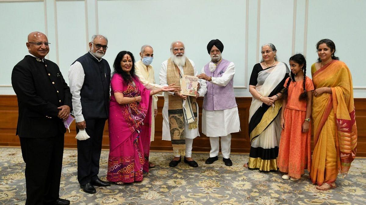 पीएम मोदी को गुरु गोबिंद सिंह जी पर लिखी पुस्तक की पहली प्रति मिली