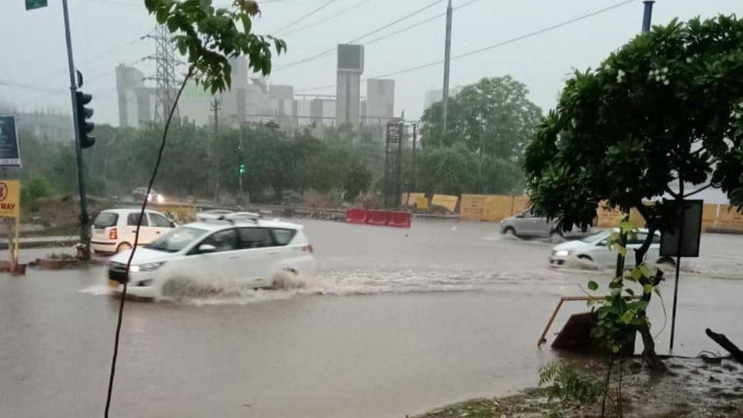 दिल्ली-गुरुग्राम के कई इलाकों में बारिश बनी आफत, कई जगह सड़कों पर लगा पानी