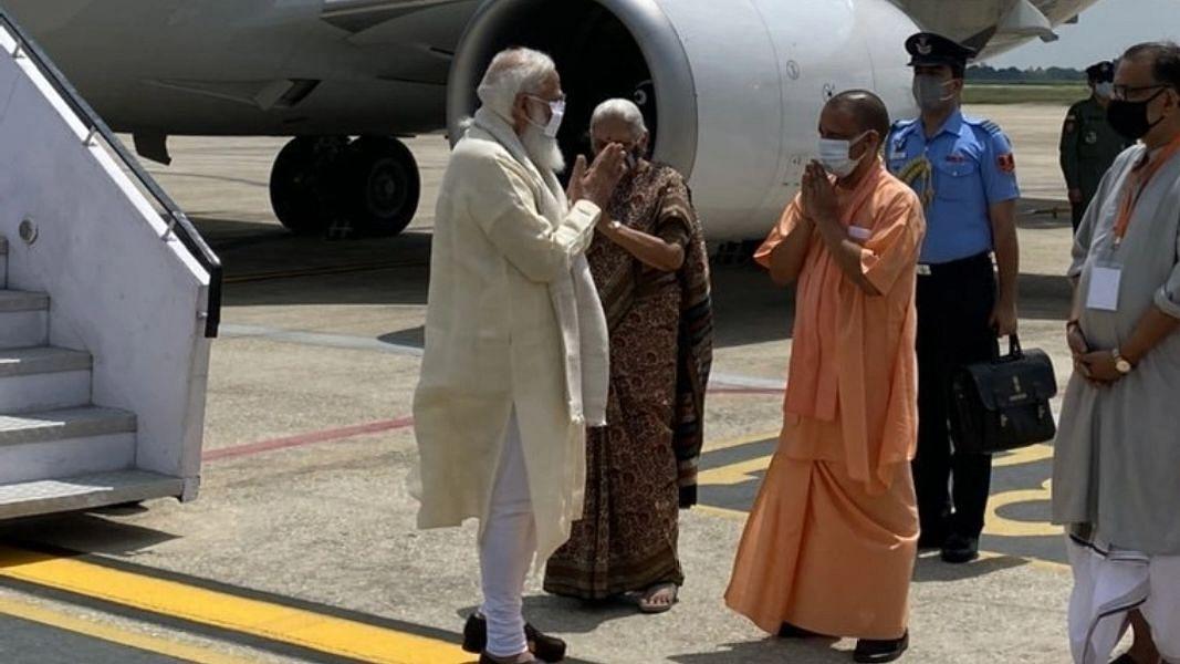 प्रधानमंत्री मोदी पहुंचे वाराणसी, राज्यपाल, मुख्यमंत्री योगी ने की अगवानी