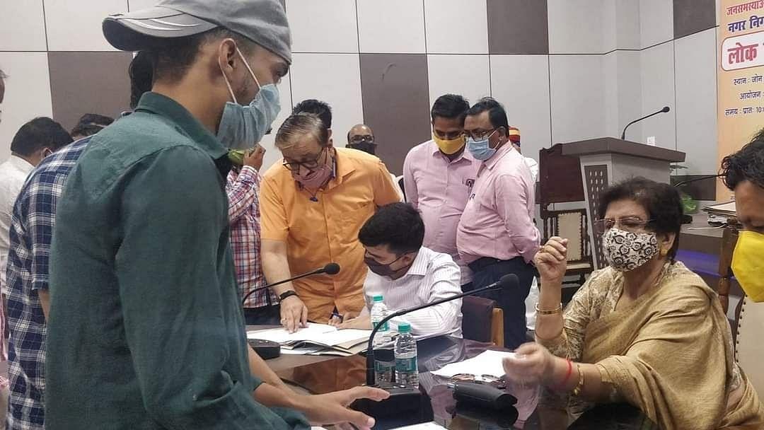 लखनऊ: लोक मंगल दिवस पर जोन 1-2 के क्षेत्रीय जनता की समस्याएं सुनती महापौर संयुक्ता भाटिया