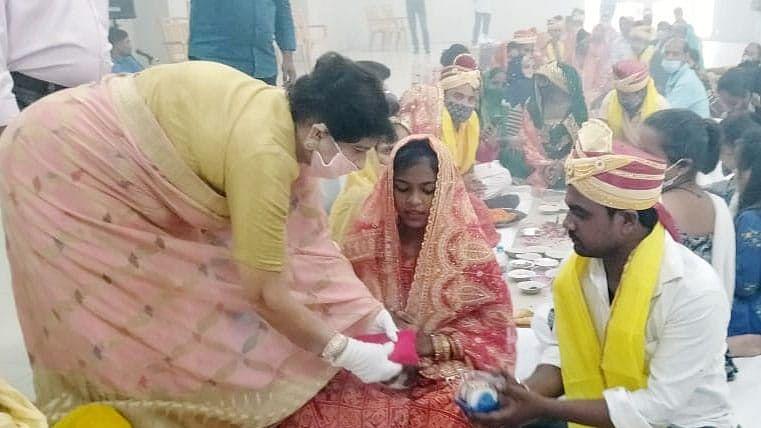 लखनऊ की महापौर ने सामूहिक विवाह के कार्यक्रम में पहुँच वर-वधू को दिया आशीर्वाद