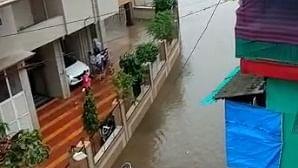 मुंबई में भारी बारिश, लोकल ट्रेन सेवा प्रभावित