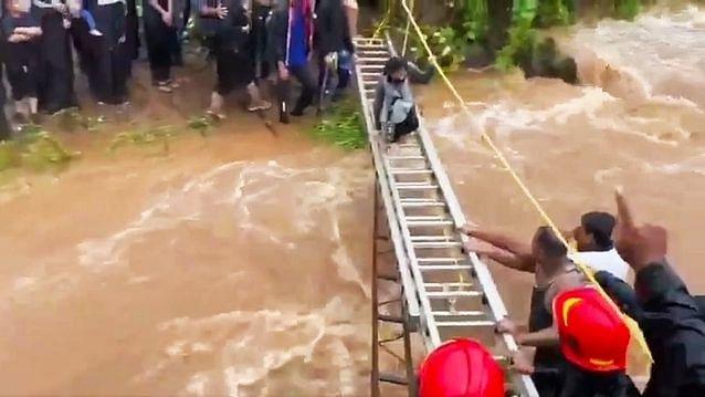 महाराष्ट्र: भारी बारिश के बाद पहाड़ी पर फंसे 116 लोगों को पुलिस ने बचाया