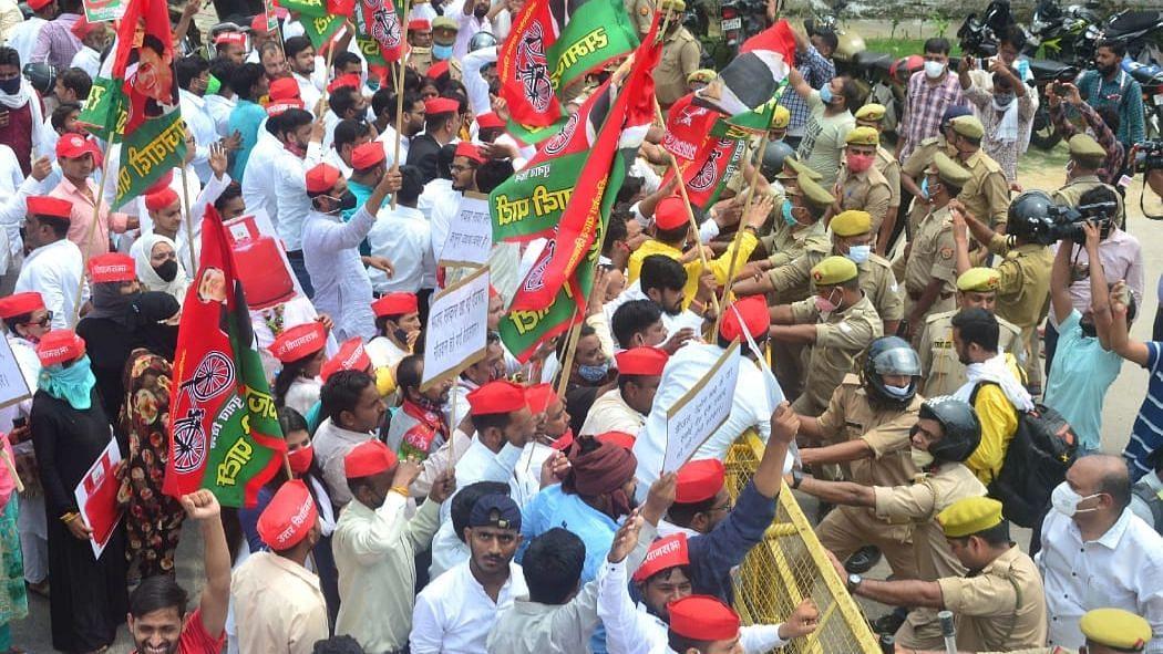 लखनऊ: प्रदेश सरकार के विरोध में तहसील के बाहर धरना देते सपा पदाधिकारी व सदस्य