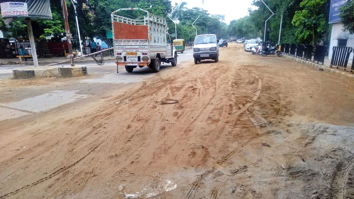हजरतगंज: खोद डाली शहर की सबसे सुंदर मॉडल रोड, LDA ने 2019-20 में बनवायी थी
