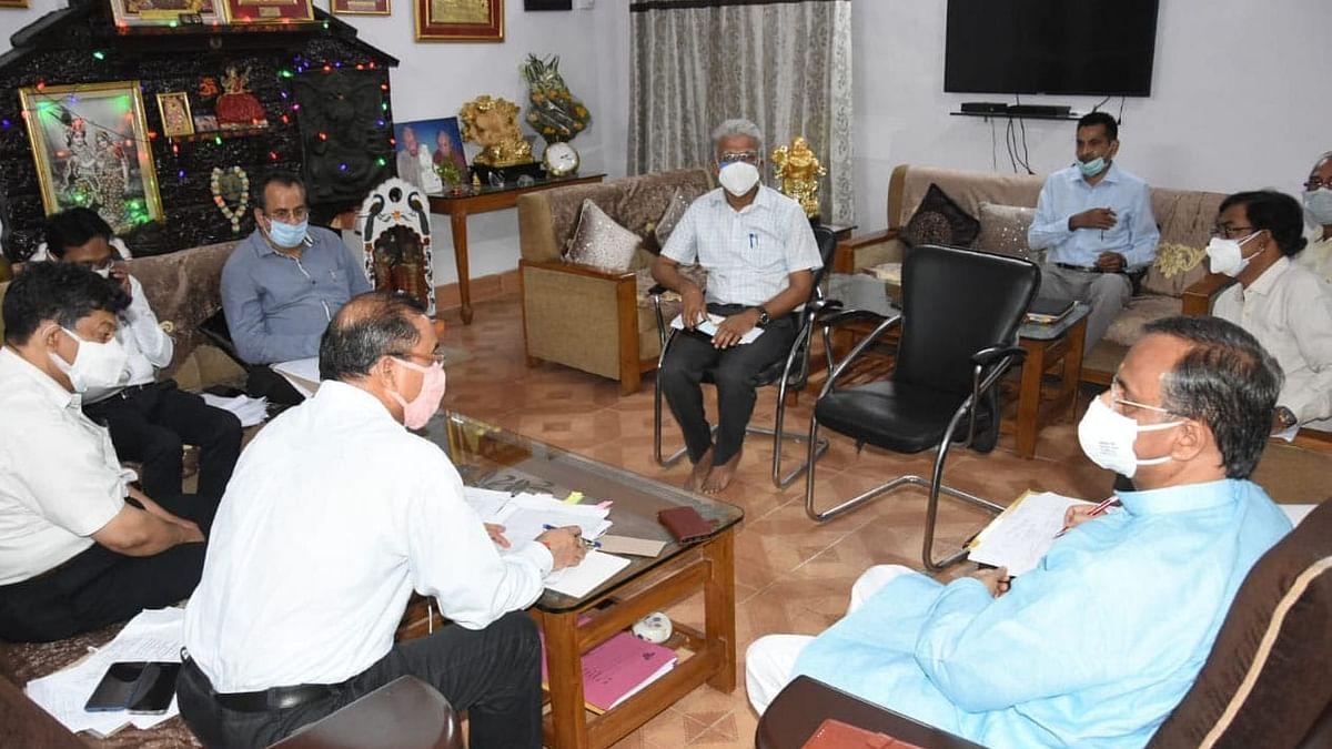लखनऊ: उच्च शिक्षा की परीक्षाओं के बारे में विभिगीय अधिकारियों से वार्तालाप करते डिप्टी सीएम डॉ दिनेश शर्मा