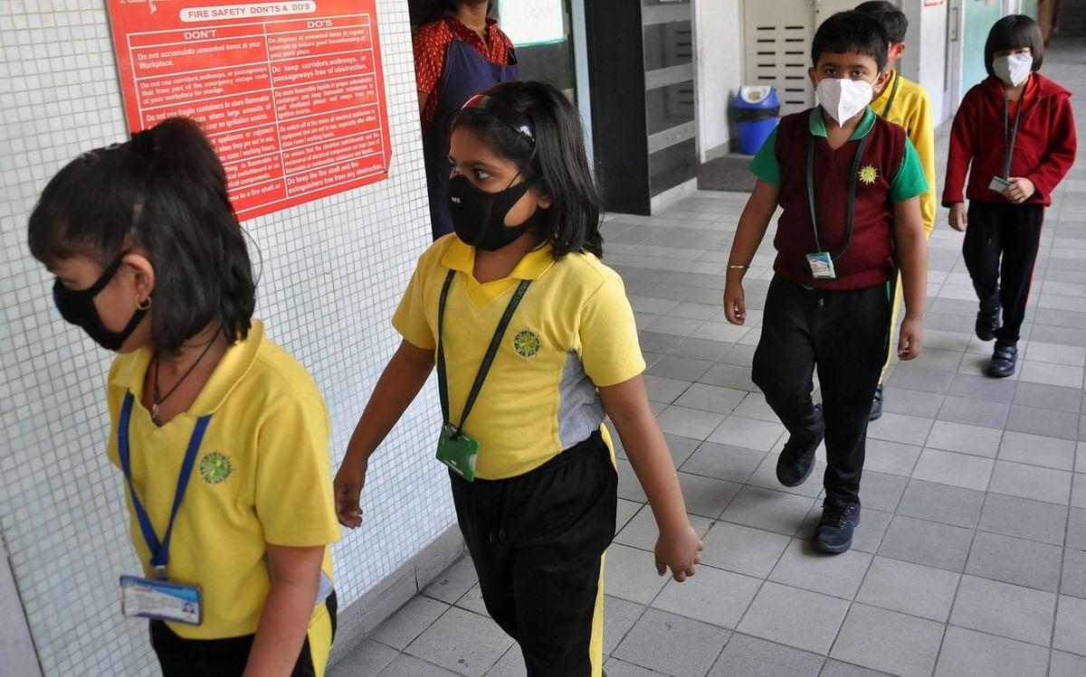 कोरोना महामारी: अभिभावकों की जेब पर प्राईवेट स्कूलों की फीस पड़ रही है भारी