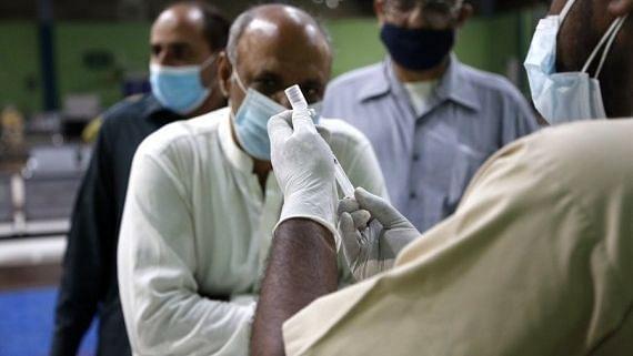 पाकिस्तान ने कोविड की चौथी लहर को नियंत्रित करने के लिए प्रतिबंधों का विस्तार किया
