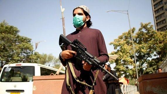 अफगान टीवी न्यूज प्रजेंटर ने सशस्त्र तालिबानियों के सामने पढ़ा समाचार