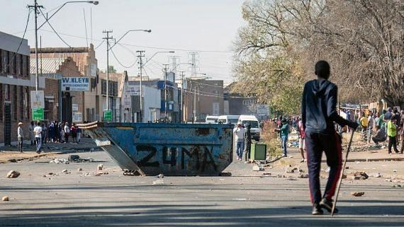 दक्षिण अफ्रीकी पुलिस ने जुलाई में अशांति फैलाने को लेकर 18 संदिग्धों को किया गिरफ्तार