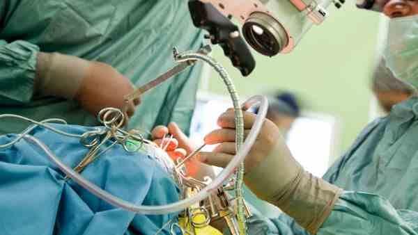 पिछले 5 वर्षों से अपने बालों को खा रही थी 17 वर्षीय लड़की, डॉक्टरों ने खोला पेट तो उड़े होश