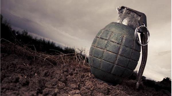कश्मीर ग्रेनेड हमले में एक CRPF जवान और एक महिला घायल