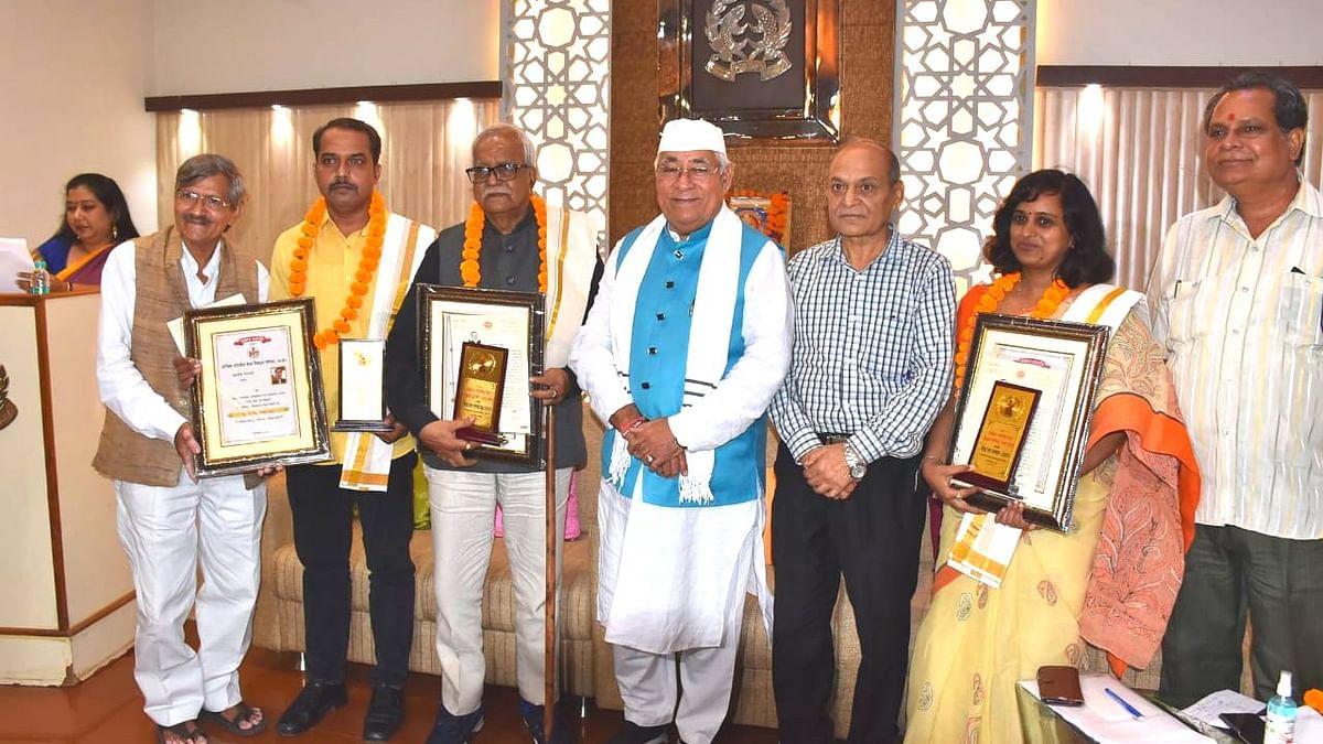 अखिल भारतीय मेधा विकास परिषद की ओर से विभिन्न क्षेत्रों में उत्कृष्ट योगदान देने वाली विभूतियों को किया गया सम्मानित