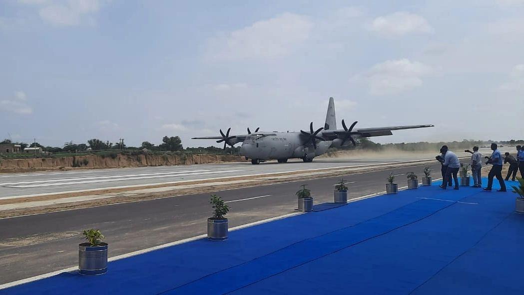 राजनाथ, गडकरी के साथ वायुसेना का विमान राजस्थान के राष्ट्रीय राजमार्ग पर उतरा, लैडिंग स्ट्रिप का उद्घाटन
