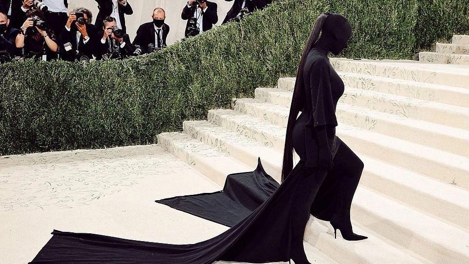 Met Gala 2021: किम कार्दशियन ब्लैक फेसलेस फुल-बॉडी सूट में आईं नजर