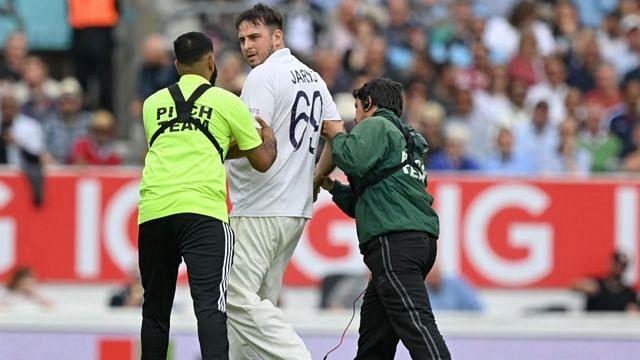 भारत-इंग्लैंड के बीच चल रहे टेस्ट मैच में भारतीय जर्सी पहने प्रशंसक जार्वो ने एक बार फिर मैदान में मारी एंट्री