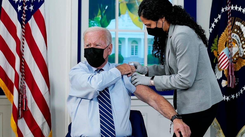 अमेरिकी राष्ट्रपति जो बाइडन को लगा Covid-19 वैक्सीन बूस्टर शॉट