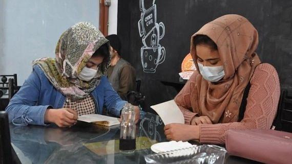 अफगान लड़कियां स्कूलों में लड़को से अलग कक्षाओं में पढ़ सकती हैं: तालिबान