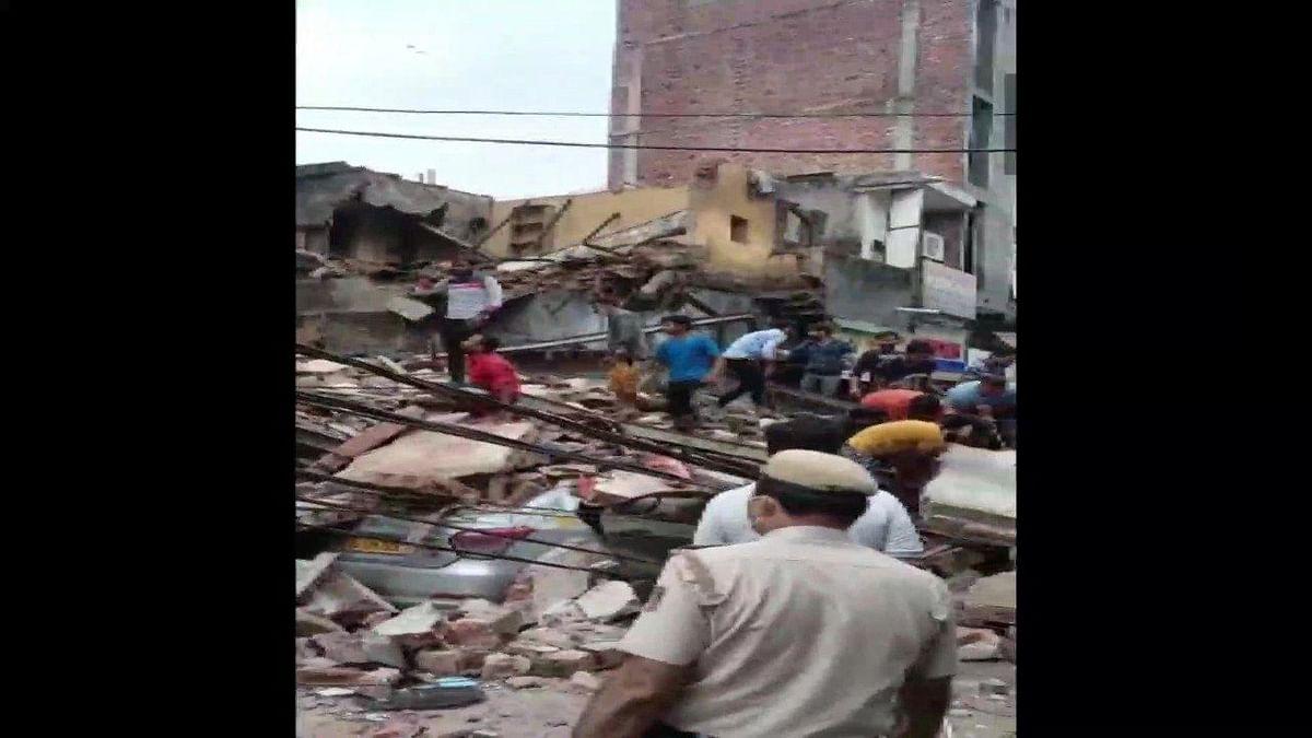 Delhi : मलकागंज सब्जी मंडी इलाके में चार मंजिला इमारत गिरी, कई लोगों के दबे होने की आशंका