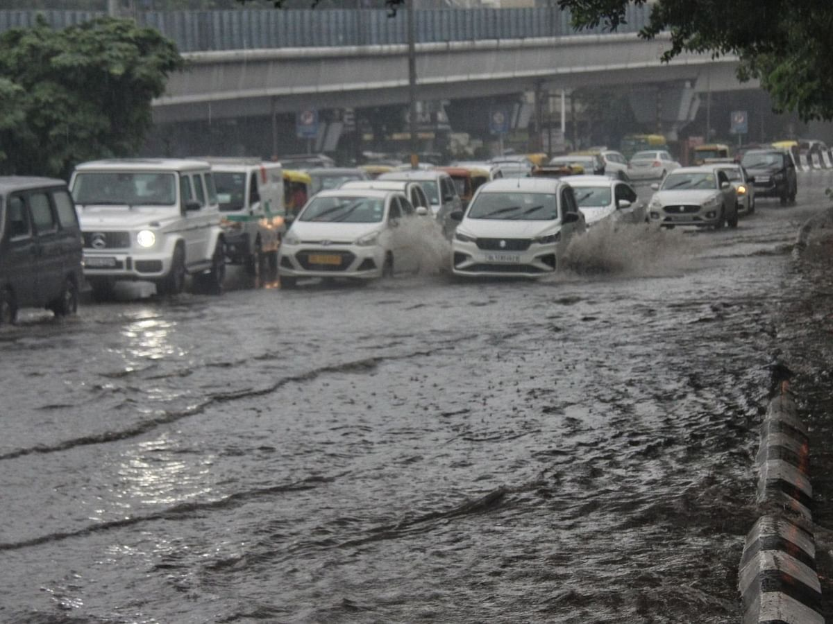 दिल्ली में भारी बारिश से ट्रैफिक हुआ ठप, कई इलाकों में पानी भरा