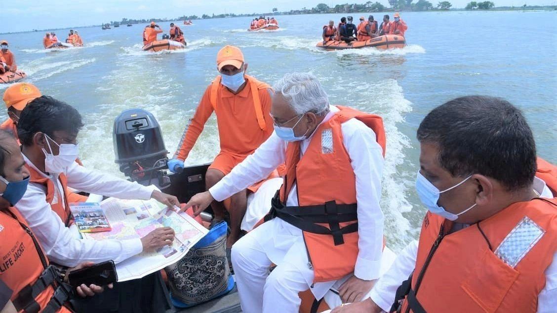 नीतीश ने नाव पर सवार होकर बाढ़ प्रभावित गांवों का लिया जायजा, लोगों का जाना हाल