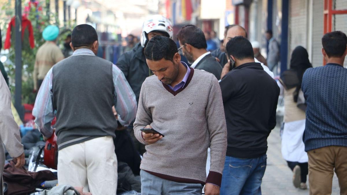 अलगाववादी नेता सैयद अली शाह गिलानी की मौत के बाद कश्मीर में मोबाइल फोन, ब्रॉडबैंड सेवा बहाल