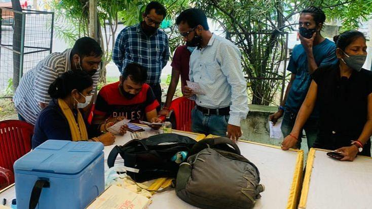लखनऊ: गोमती नगर स्थित महेश इंफ्राकॉन प्राइवेट लिमिटेड के द्वारा लगाया गया कोविड वैक्सीनेशन कैंप