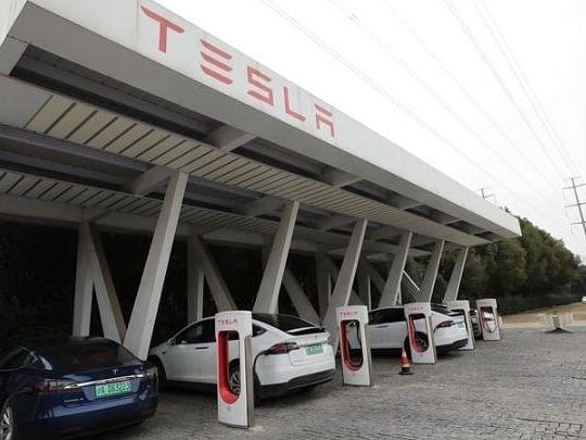 Tesla का 'फुल सेल्फ ड्राइविंग' रिक्वेस्ट बटन हुआ रोलआउट