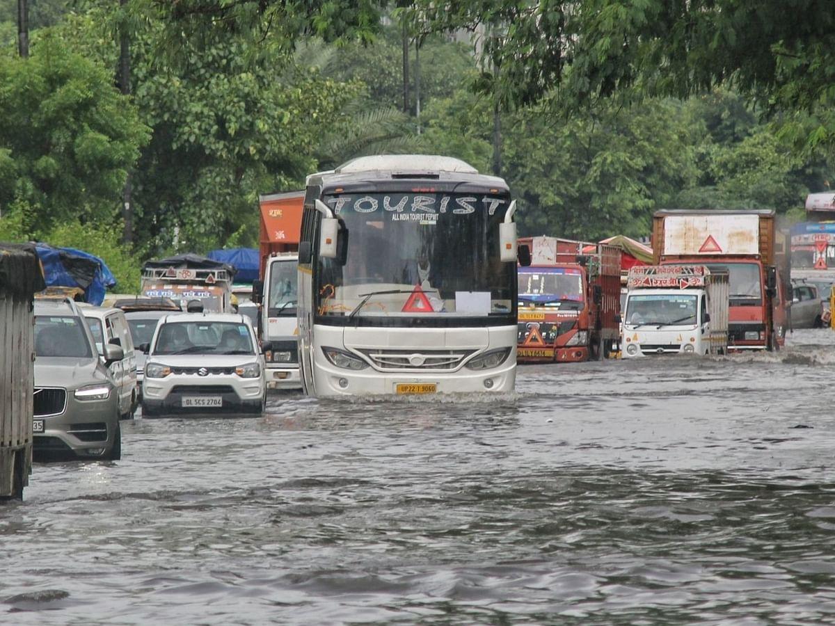 दिल्ली एयरपोर्ट से निकली यात्रियों से भरी बस पानी में फंसी, दमकल कर्मियों ने यात्रियों को सुरक्षित निकाला