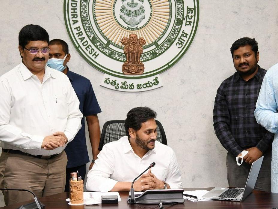आंध्र प्रदेश: जगन मोहन रेड्डी ने आंध्र विश्वविद्यालय में अमेरिकन कॉर्नर किया लॉन्च