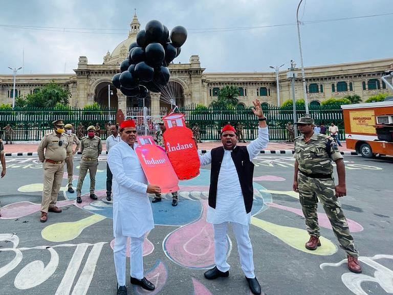 यूपी विधानसभा के बाहर सपा ने महंगाई तो कांग्रेस ने लखीमपुर खीरी की घटना को लेकर किया प्रदर्शन