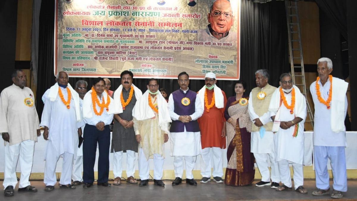 लखनऊ: डा0 दिनेश शर्मा ने विश्वश्वरैया हाल में किया विशाल लोकतंत्र सेनानी सम्मेलन का उद्घाटन