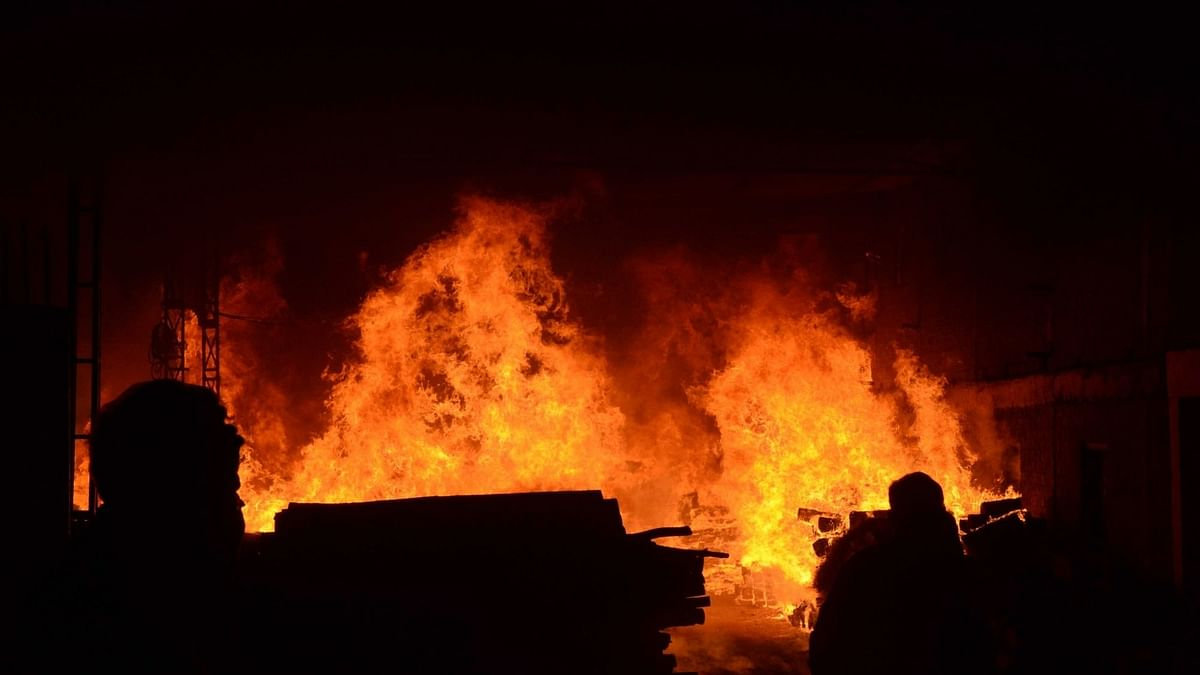 दिल्ली के शकरपुर में गेस्ट हाउस में आग लगने से 3 लोग घायल