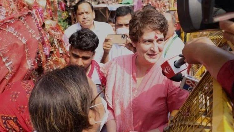 लखनऊ: कांग्रेस नेता प्रियंका गांधी वाड्रा अर्जुन गंज स्थित माता के मंदिर दर्शन करने पहुंचीं