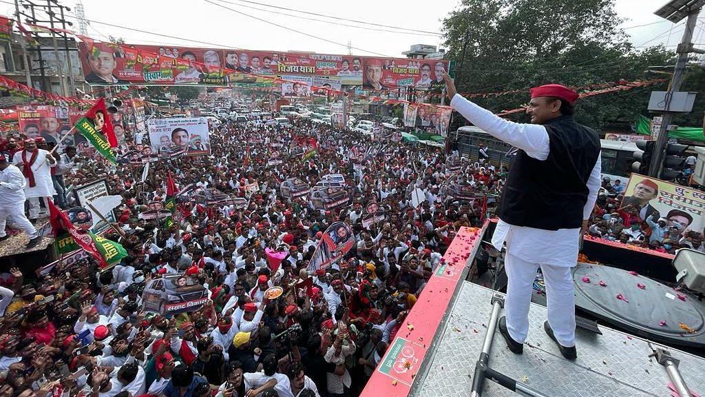 सपा की विजय रथ यात्रा को 'खजांची' ने दिखाई हरी झंडी, अखिलेश यादव ने भरी 400 सीटें जीतने की हुंकार