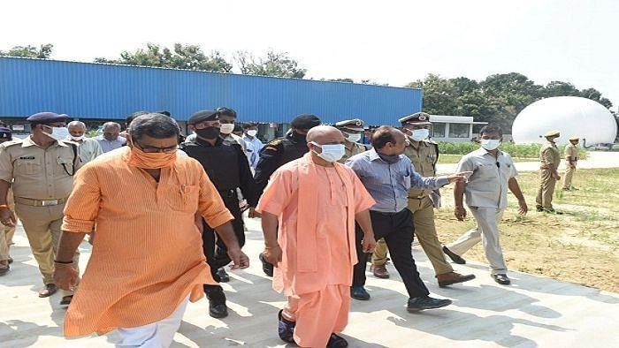 उत्तर प्रदेश: मुख्यमंत्री योगी ने वाराणसी में किया बायोगैस प्लांट का निरीक्षण