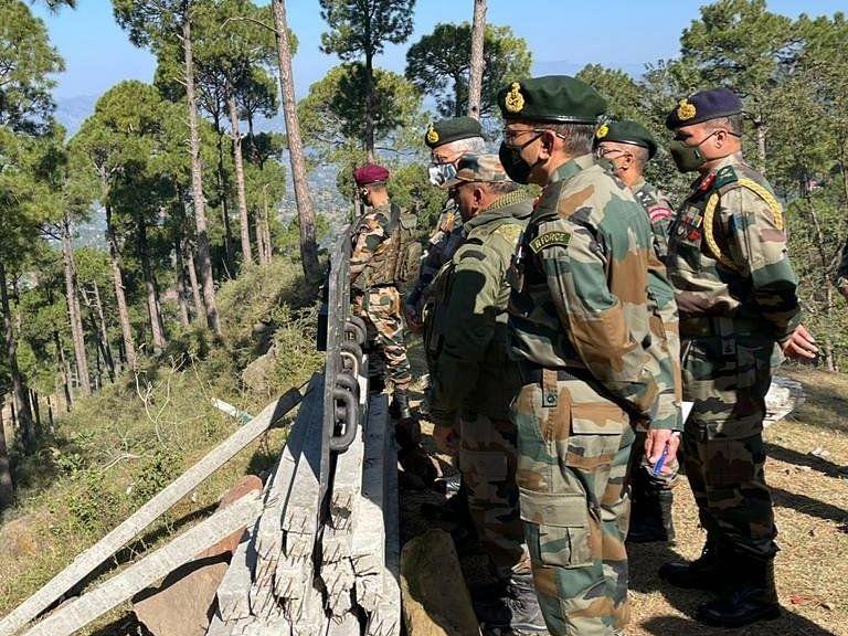 जम्मू-कश्मीर: पुंछ में आतंकवादियों की तलाश जारी, सेना प्रमुख नेनियंत्रण रेखा पर स्थिति का लियाजायजा